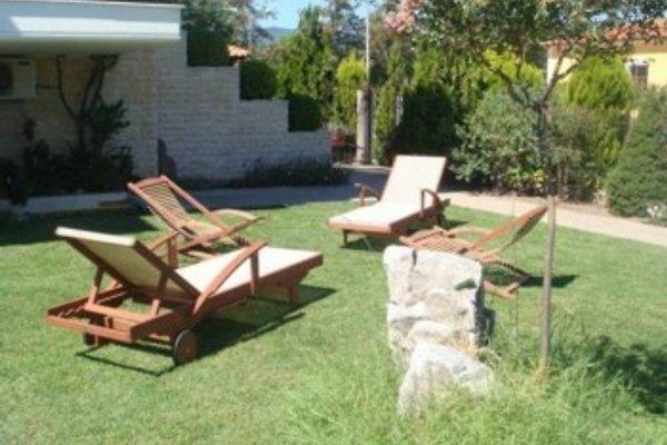 Garten und Sonnenliegen