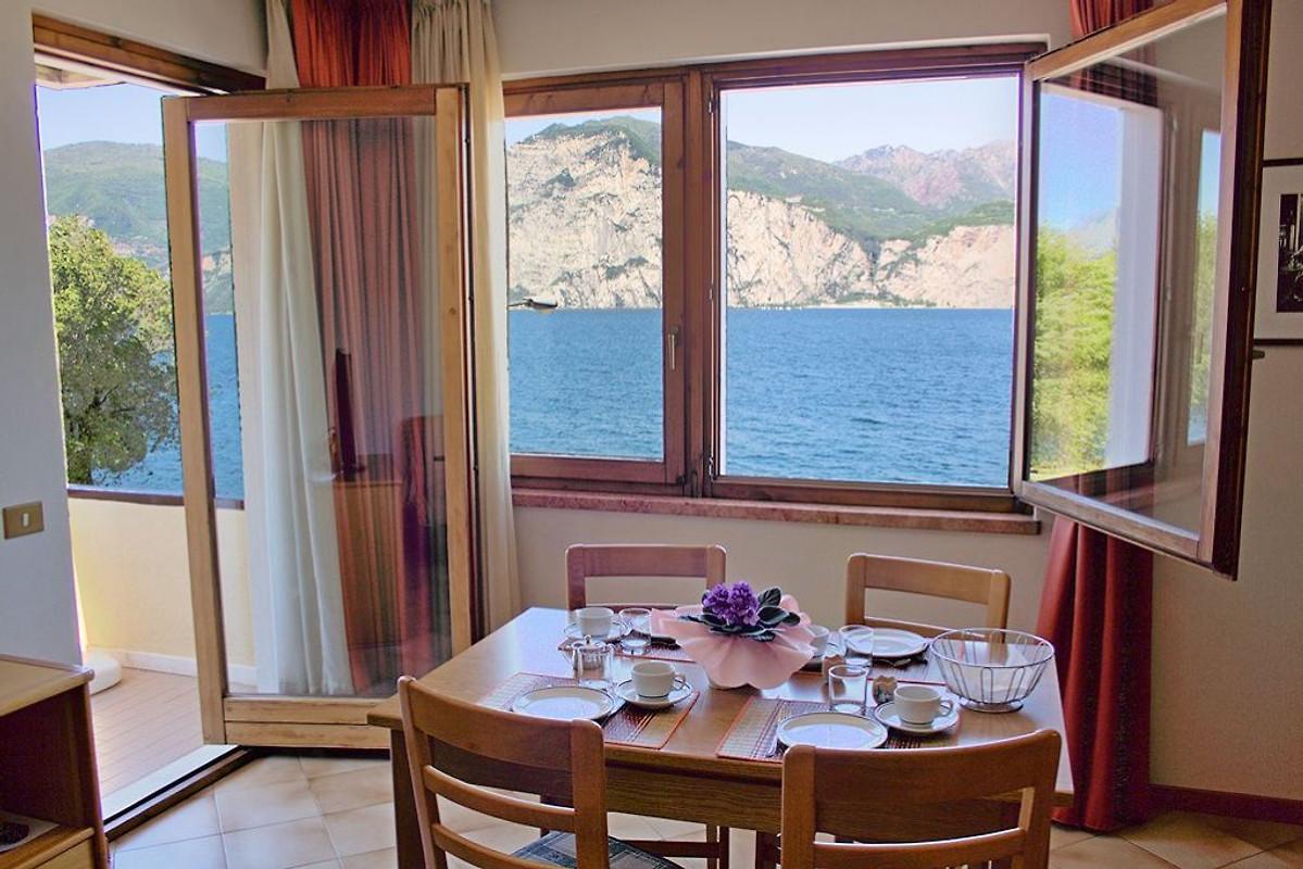 villa bruna zweizimmerwohnung ferienwohnung in cassone. Black Bedroom Furniture Sets. Home Design Ideas