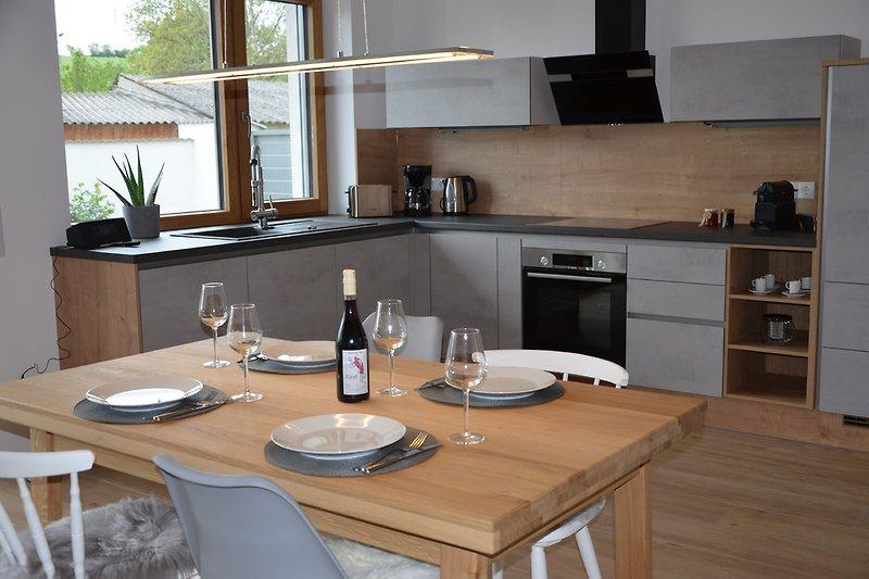 Geräumige Küche und Essbereich