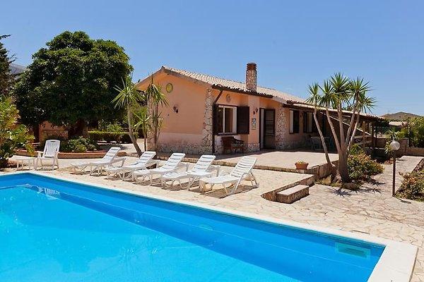 Villa Maya con piscina e giardino in Castellammare del Golfo - immagine 1