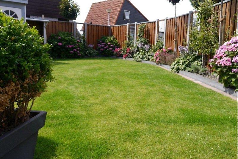 Der liebevoll angelegte Garten ist umzäunt und sichtgeschützt