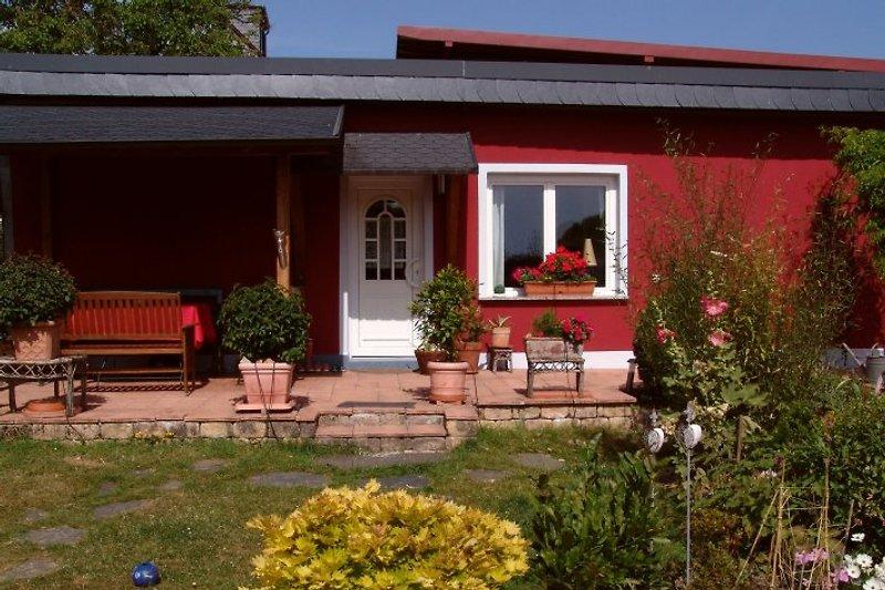 Terrasse und Garten im südländischen Flair sind Ruheoasen.