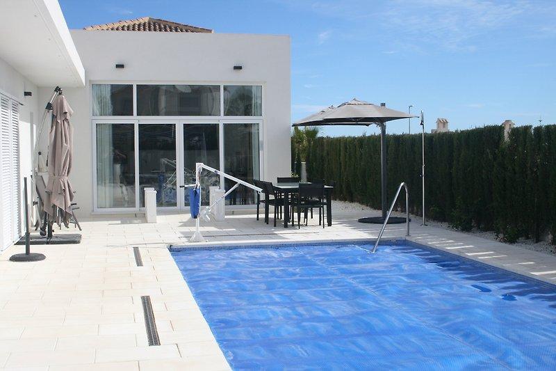 Großer Garten mit Terrasse und ein wunderschöne Pool 5x10 m
