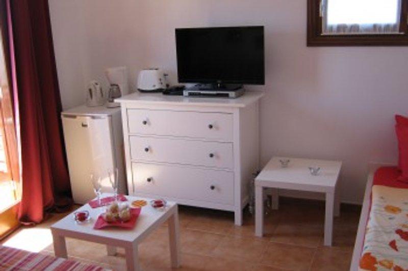 Wohnzimmer m Balkon , Einzelbett , Schlafcouch , Kühlschrank , Küchengeräte,etc.