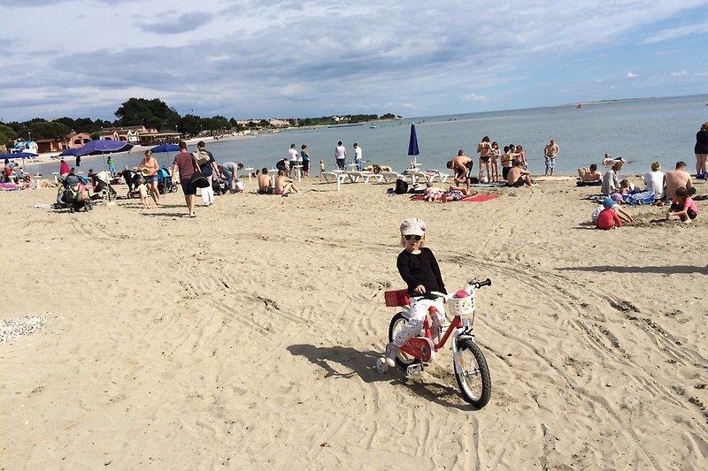 Sandstrand, dahinter unsere Strandvillen