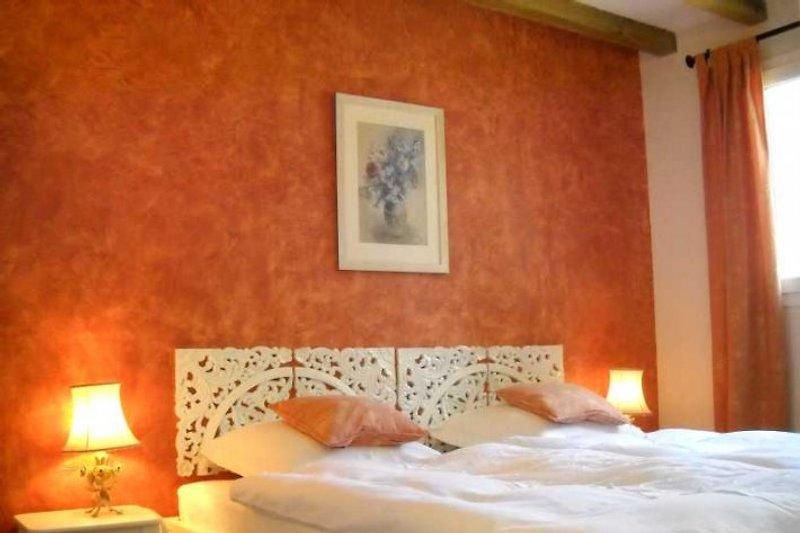 Schlafzimmer mit Doppelbett 1,80 x 2 m