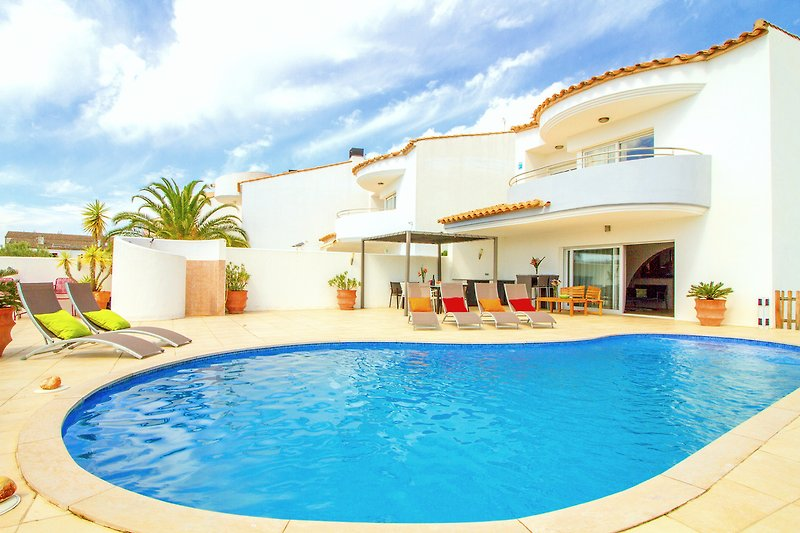 Villa mit Terrasse und Pool