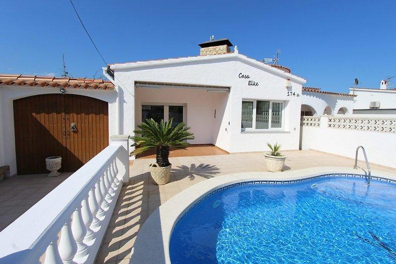 Front-Ansicht Villa mit Pool