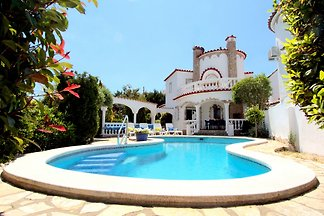 Beautiful villa on the main canal with mooring, for 6 people, with a nice terrace, pool and garden