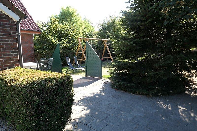 Terrasse mit Blick in den Garten und auf die Schaukel