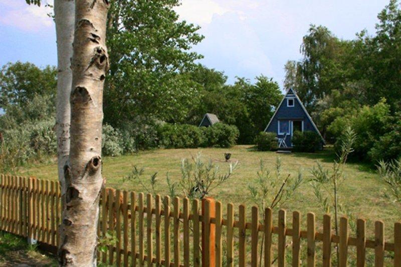 Finnhütten mit Garten vom Boddenweg aus gesehen