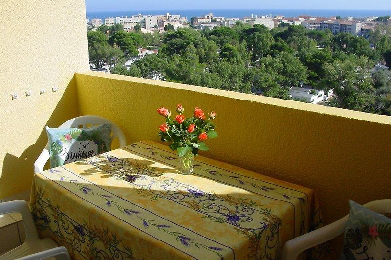 Balkon mit Mobel und Panoramablick auf das Mittelmeer