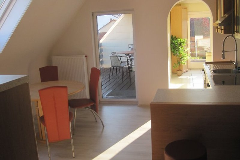 Blick aus Küche Richtung Wohnzimmer u. Balkone