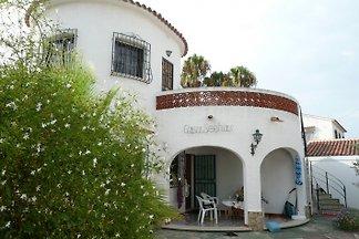 Das Ferienhaus befindet sich in einer ruhigen und ebenen Lage (Sackgasse)  5 Gehminuten zum Meer
