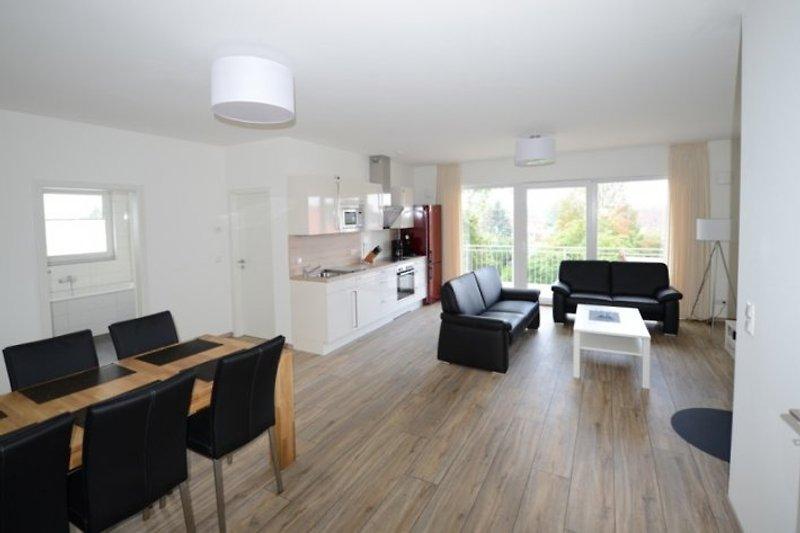Wohnzimmer mit offener Küche und Kaminofen