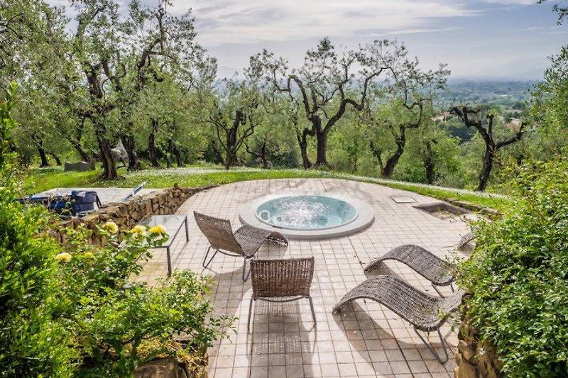 der Whirlpool im Olivenhain