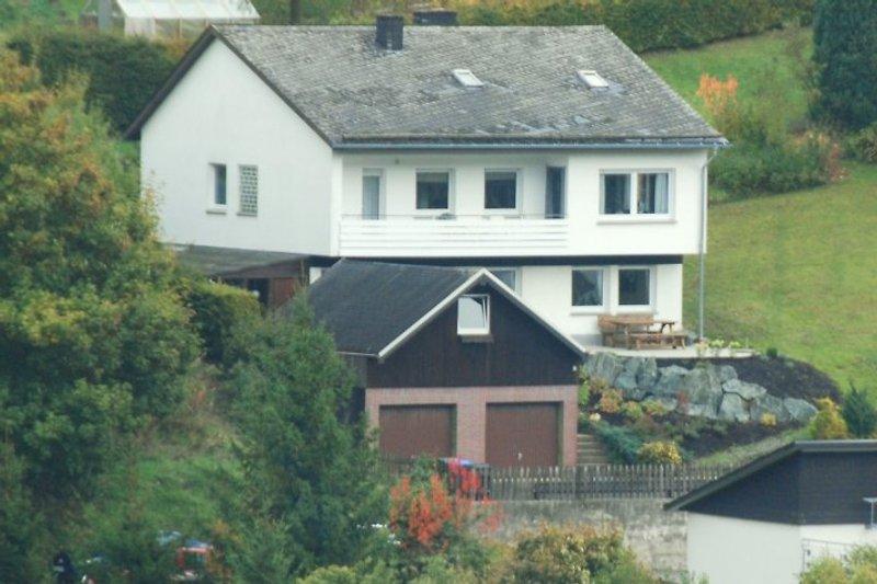 Das Haus steht auf einem sonnigen Südhang