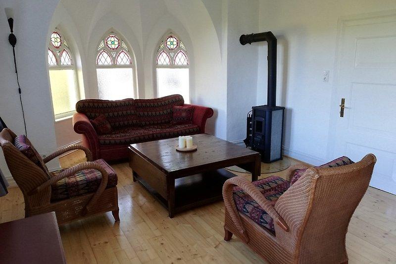 Vom Wohnzimmer mit Kamin und Fernseher haben Sie eine fantastische Aussicht.