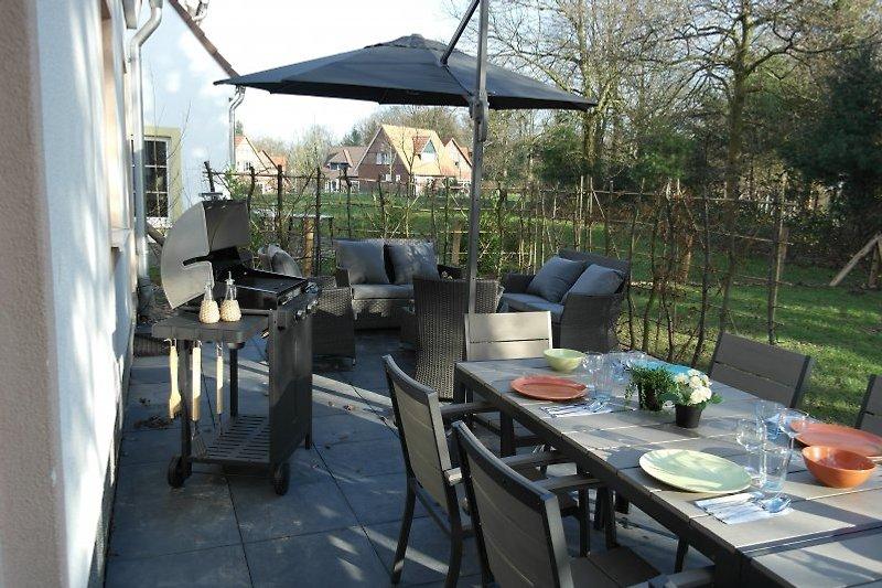 eingezäunten Garten mit Grill (Weber)