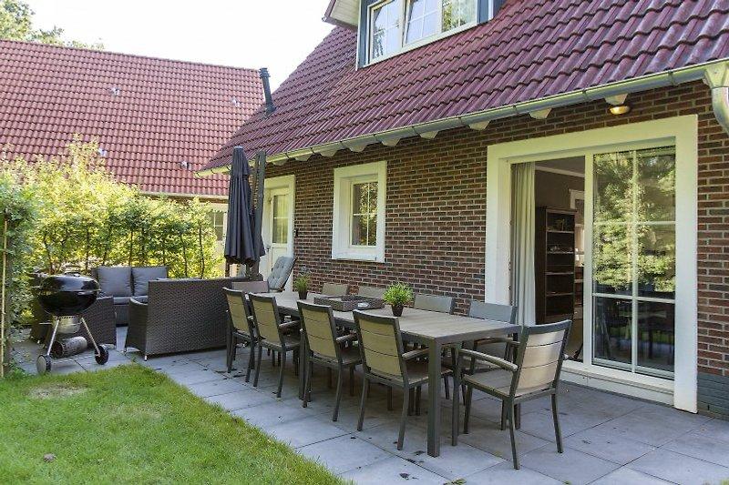sonnigen Garten mit Lounge-Set, Esstisch und Weber Grill