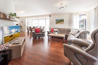 Exklusives Ferienhaus mit Sauna und Ruheraum freistehend, Familienfreundlich, eingezäunt, großer Garten.