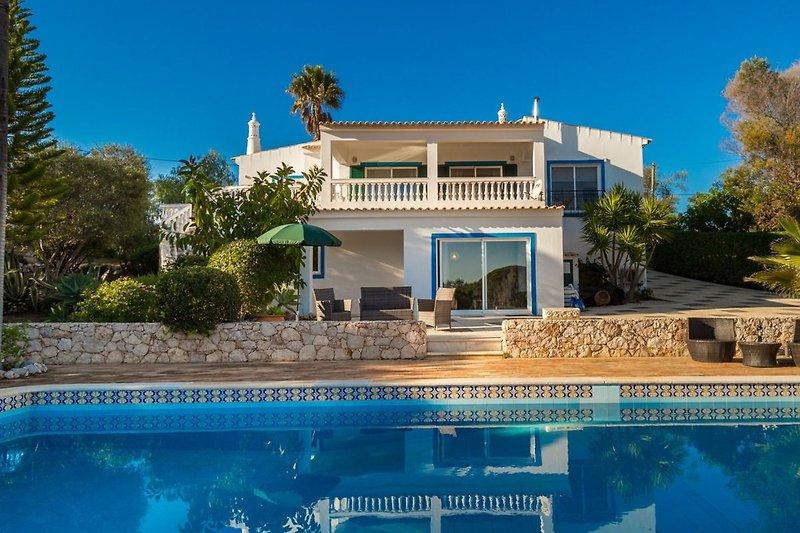 Blick vom Pool auf das Ferienhaus