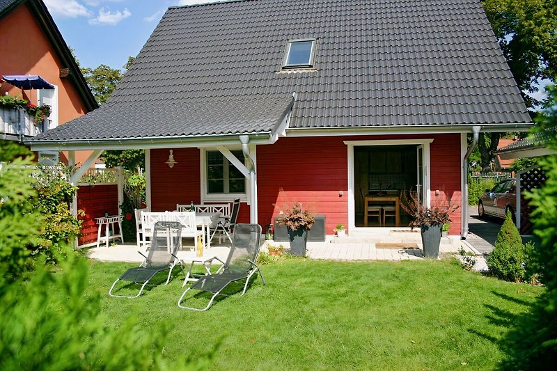 Sonnen-liegen im Garten und überdachte Terrasse