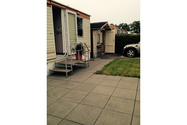 Terrasse und Autostellplatz