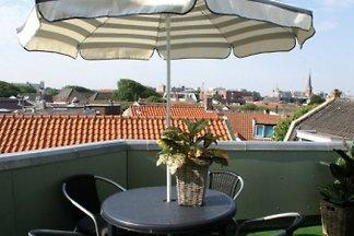 Das schöne Appartement mit Sonne-Terasse, befindet sich im Dorfmitte von  Strand, die Geschäfte, Restaurants und Bahnhof sind innerhalb eine Kilometer zu erreichen.