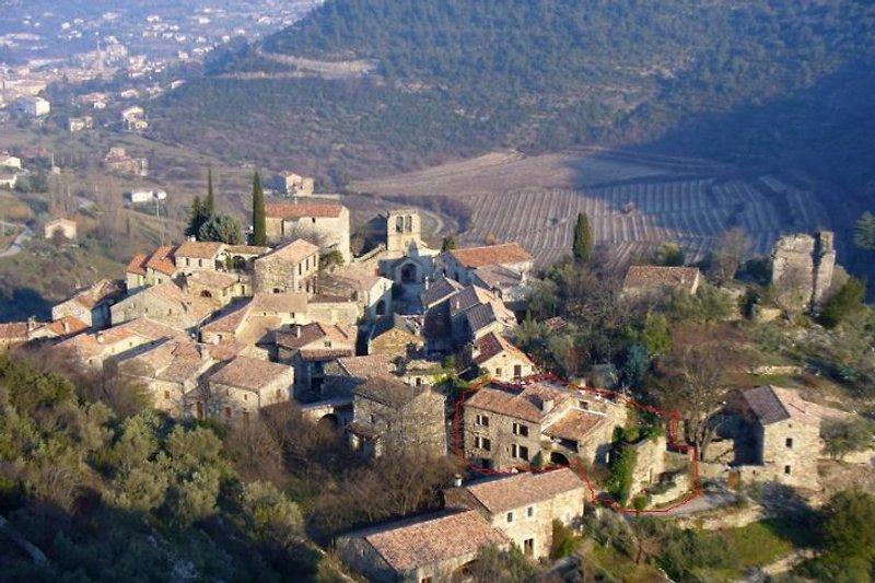 Village de Naves mit Blick auf Maison des Cevennes