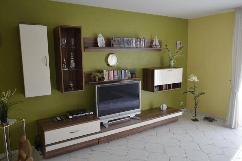 Wohnzimmer mit Plasma-TV und Blu-Ray-Anlage