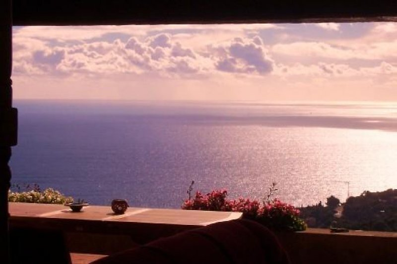 Beruhigende Aussicht von der Terrasse am Abend mit einem guten Wein