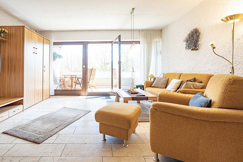 Wohnraum mit Blick auf Balkon