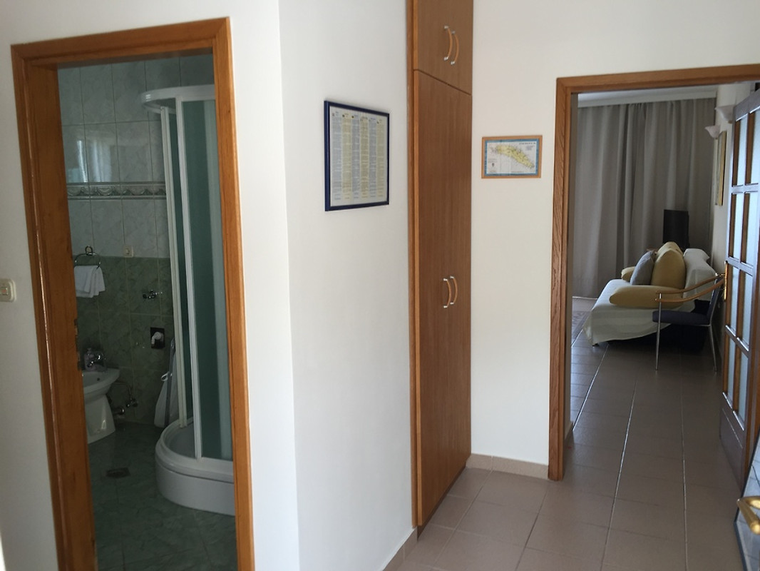sonnige wohnung erste reihe ferienwohnung in maslinica mieten. Black Bedroom Furniture Sets. Home Design Ideas