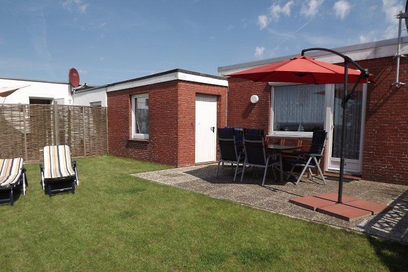 Terrasse und Wiese
