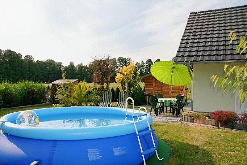 Blick in den Garten Ihres Ferienhauses mit Pool