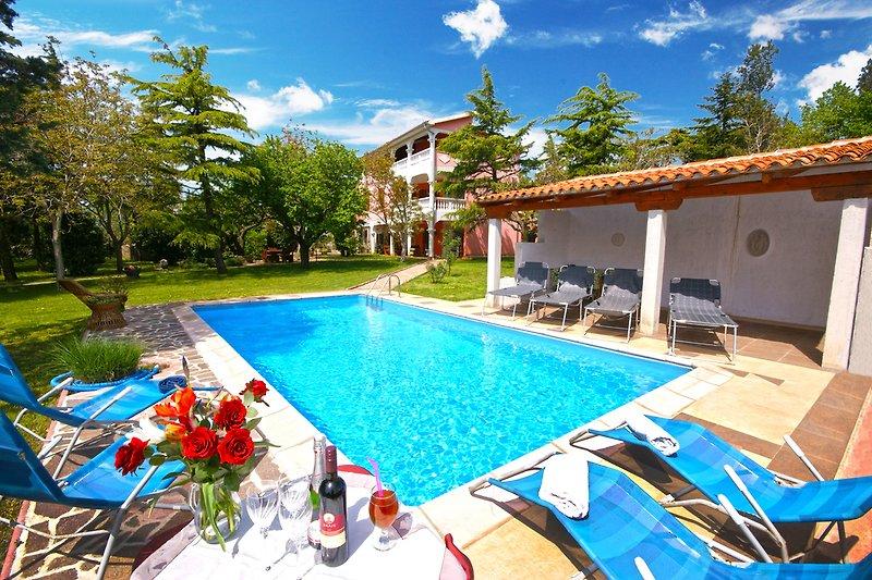 Villa Aurora, mit einem Pool, in einem schönen Park mit wunderschönen Bäumen