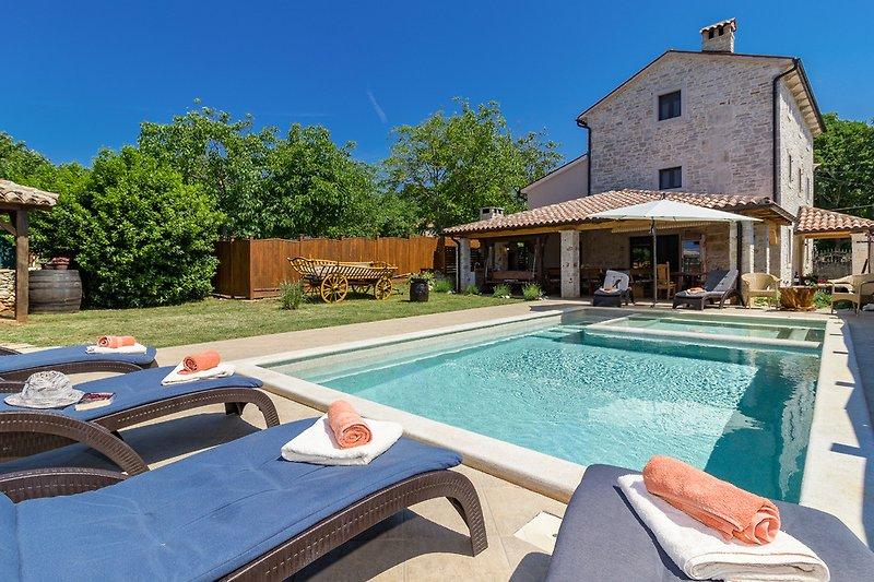 Privater pool, Garten, Grill, komplett eingezäunt