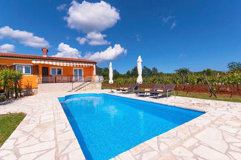 Privat, sonnig und warm. Großer Pool, umgeben von Natur