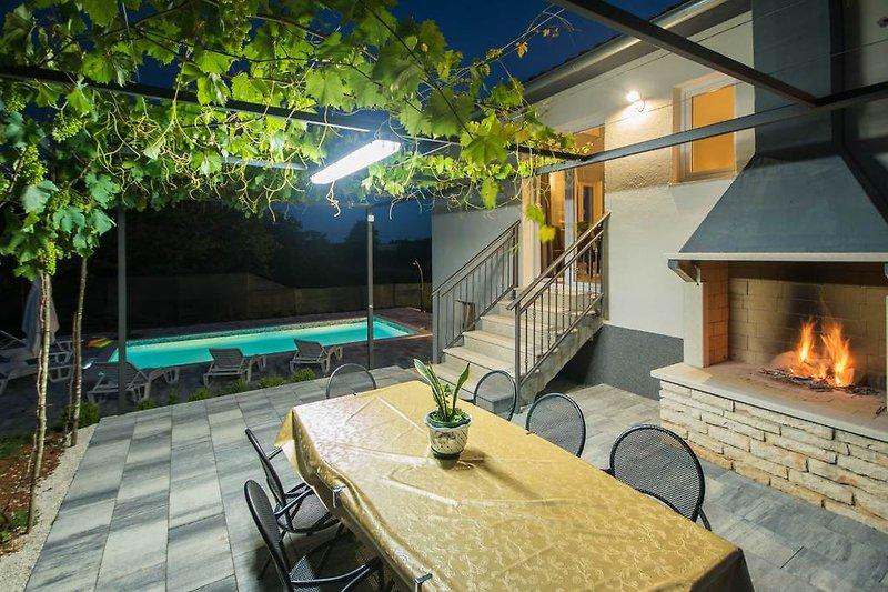 Grill, und die Terasse vor dem Haus, oben dem Pool