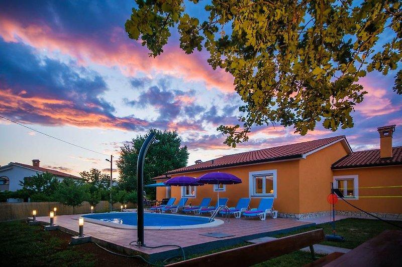 Großer, vollständig eingezäunter und sicherer Garten mit Pool zur exklusiven Nutzung.