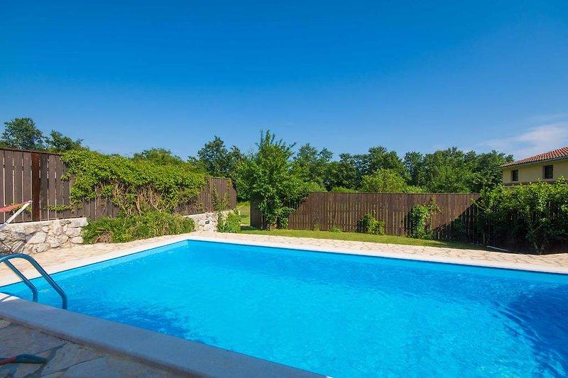 Großer Pool und komplett privater Garten