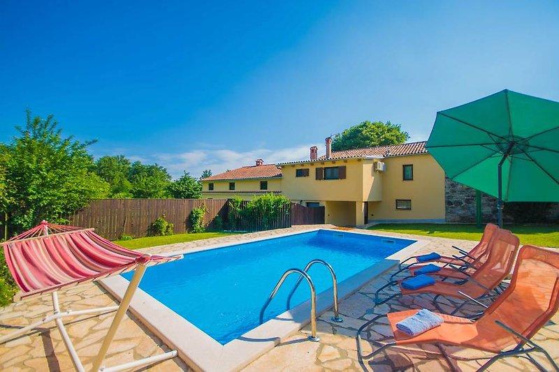 Ein privater Pool an einem sonnigen