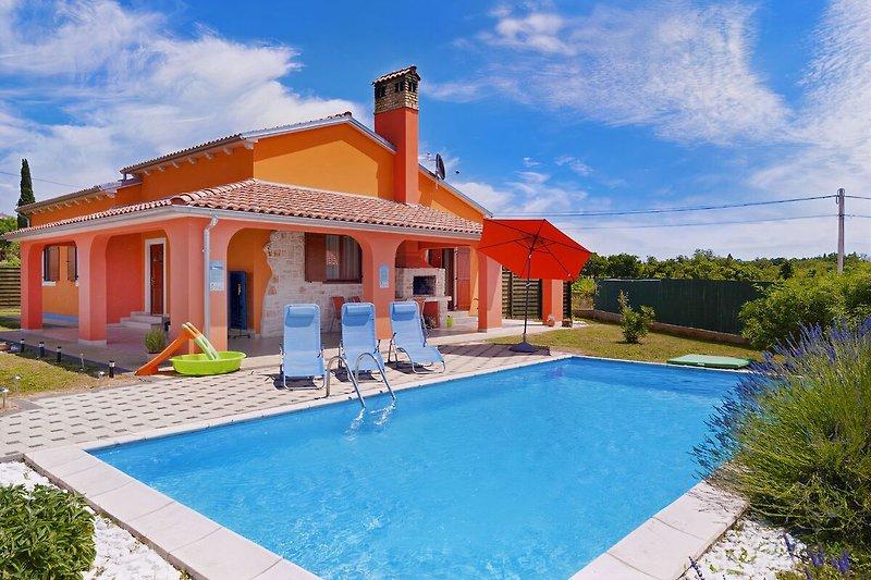 Villa Melody, der Pool, Terasse und Sonnenliegen