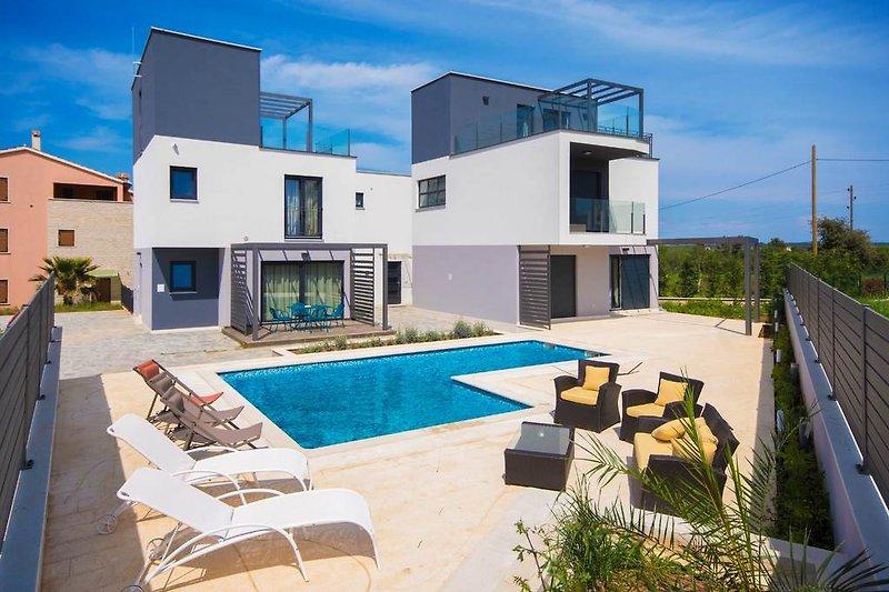 Das linke Haus ist die Villa Lani, der Pool ist zur Alleinnutzung