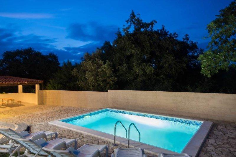Privater Garten, Privater Pool, umgeben von Natur