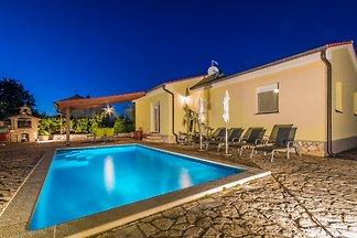 Ruhig, Minuten vom Strand, privater Pool im schönen Garten;  klimatisiert, 2 Schlafzimmer & 2 Baderzimmer, für bis zu 6