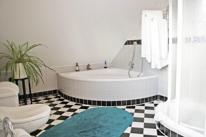Großes Bad mit Wanne und Dusche