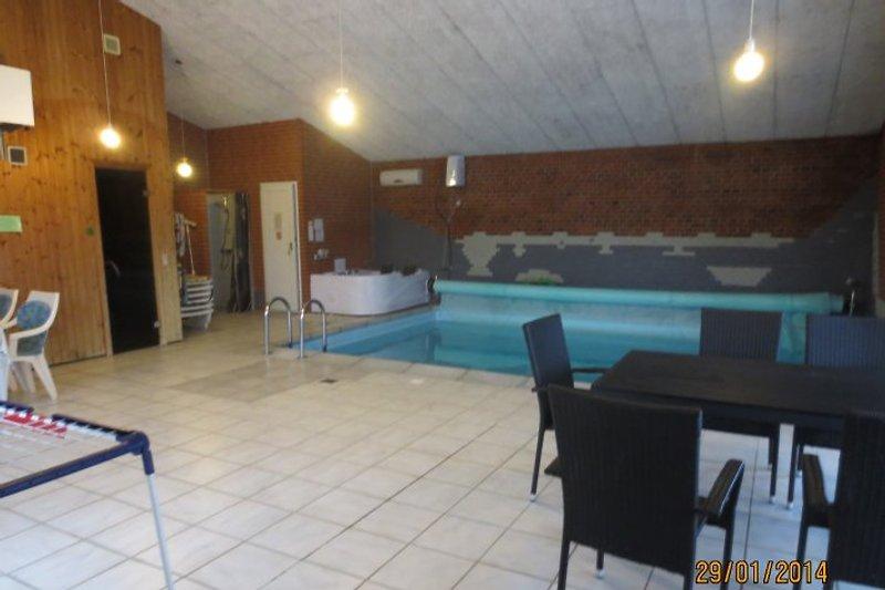 Poolbereich mit großen Platz im Freien