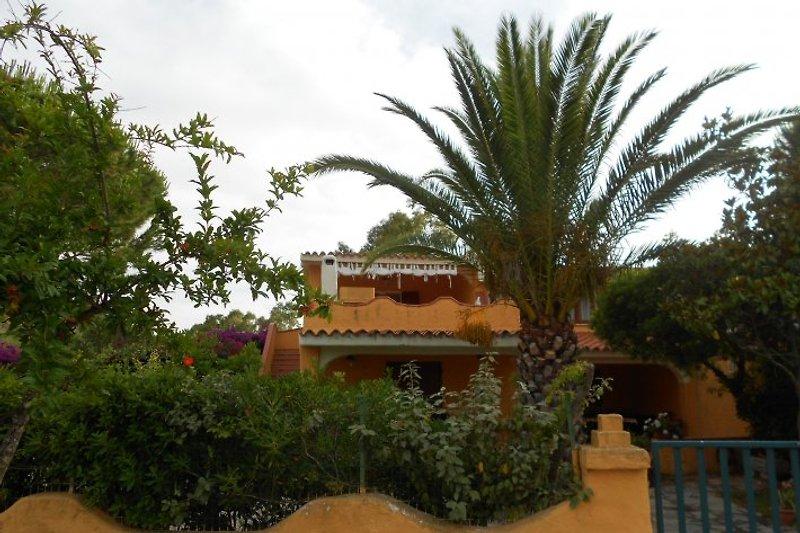Villa von der Straße aus